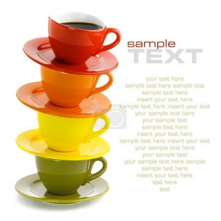 Photo pour Tasses de couleur sur fond blanc. avec l'exemple de texte - image libre de droit