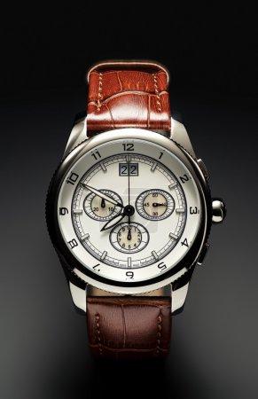 Photo pour Horlogère suisse, stanless steel, cuir brun, gris dégradé bacjkround. - image libre de droit