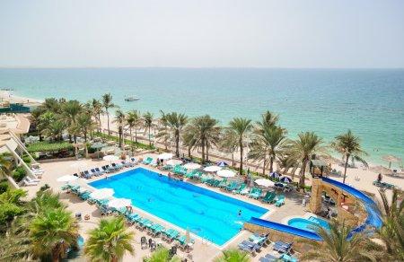 Photo pour Piscine et plage, EAU - image libre de droit