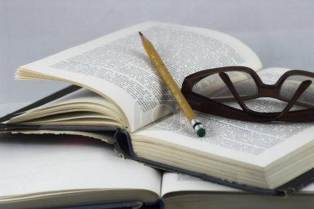 Photo pour Étudiants Étudier un livre - devoirs scolaires - image libre de droit