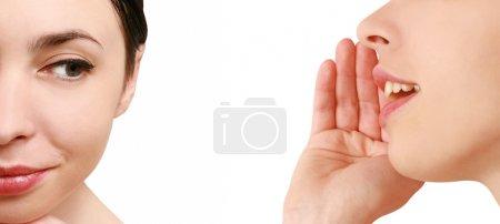 Photo pour Les femmes ont dit, femme écoutant des commérages sur fond blanc - image libre de droit
