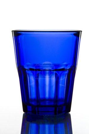 Foto de Cristal azul oscuro sobre fondo blanco con reflejo . - Imagen libre de derechos