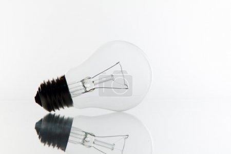 Photo pour Une ampoule très pure sur blanc . - image libre de droit