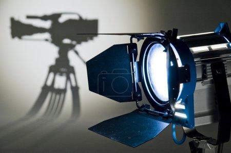Photo pour Projecteur et silhouette de la chambre . - image libre de droit