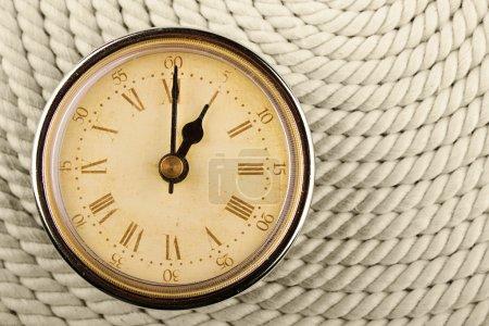 Reloj con números romanos en cuerda