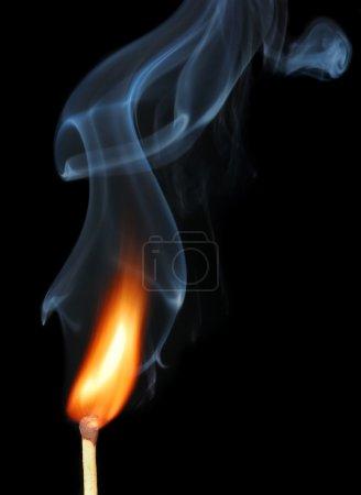Foto de Fósforo ardiente con humo negro - Imagen libre de derechos