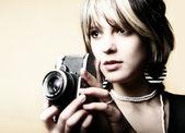 jeune femme avec un appareil photo rétro