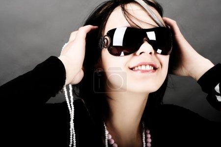 Photo pour Mode femme portrait portant des lunettes de soleil - image libre de droit