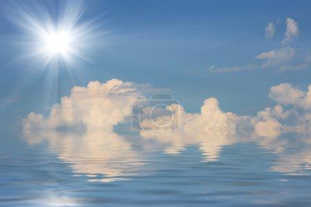 Photo pour Soleil brillant dans le ciel bleu et l'eau - image libre de droit
