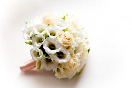 Foto de Foto de bouquet de bodas en el alféizar blanco - Imagen libre de derechos