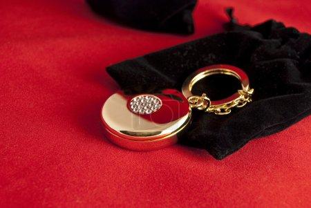 Photo pour Charme élégant d'or et de velours noir - image libre de droit