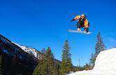 Snowboardista skákat vysoko