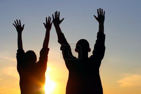 Photo pour Mains de jeune couple en silhouette - image libre de droit