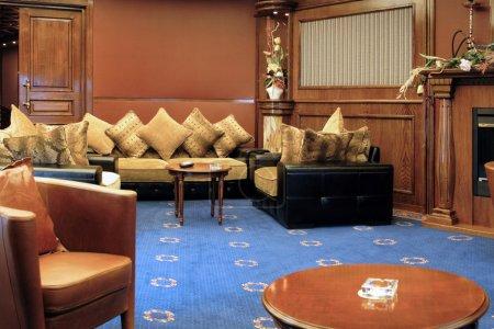 Photo pour Intérieur de luxe à l'hôtel, magnifique salle de détente pour les clients - image libre de droit