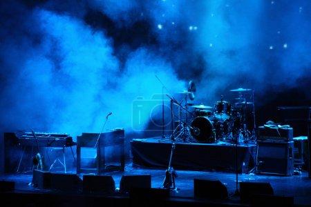 Photo pour Scène en lumière bleue avant le spectacle - image libre de droit