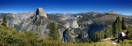 Photo pour Le parc national d'yosemite est une des grande attraction et destinations touristiques en Californie. Il est magnifique avec ses montagnes et cascades. - image libre de droit