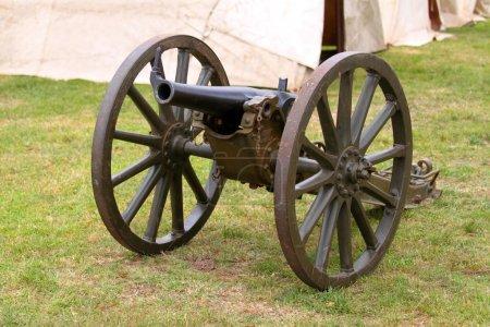Photo pour Un Canon avec un camp militaire en arrière-plan - image libre de droit
