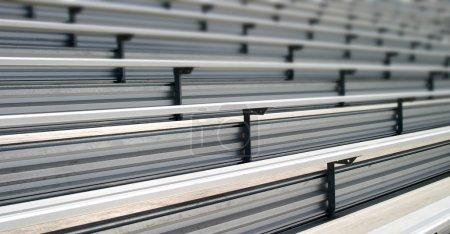 Photo pour Gradins dans un stade ou une école pour les fans - image libre de droit