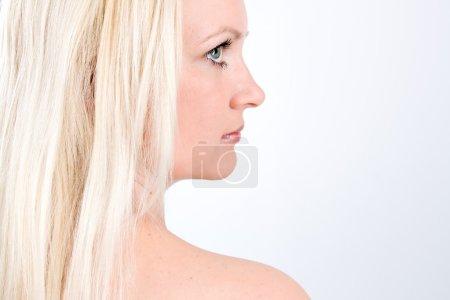 Foto de Retrato de mujer rubia en blanco - Imagen libre de derechos