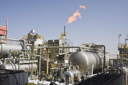 Photo pour Vue détaillée d'une installation de production pétrolière offshore - image libre de droit