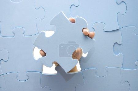 Photo pour Collecte manuelle d'une partie d'un puzzle - image libre de droit