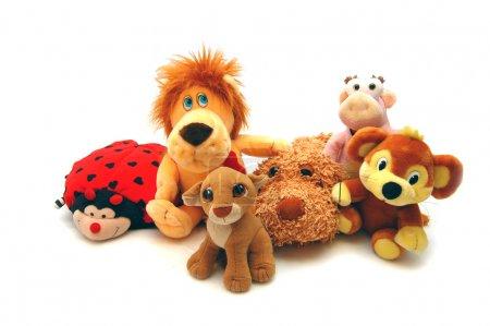 Foto de Diferentes juguetes suaves sobre un fondo blanco - Imagen libre de derechos