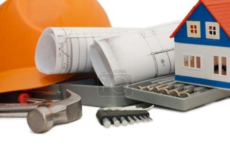 Photo pour Casque orange et différents outils isolés - image libre de droit