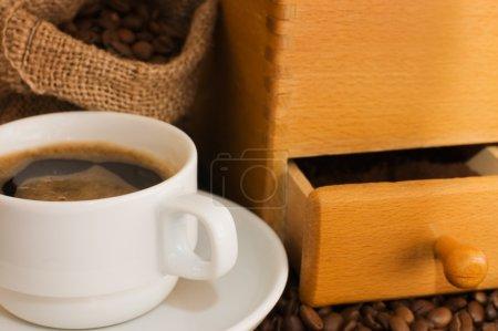 Photo pour Vieux moulin à café, tasse et grains de café - image libre de droit