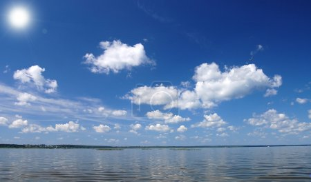 Photo pour Nuage et ciel sur l'eau, lac Plesheevo - image libre de droit
