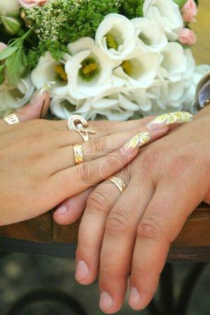 Photo pour Deux mains sur une robe de mariée - image libre de droit