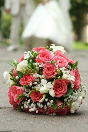 Photo pour Bouquet de mariée sur la terre - image libre de droit
