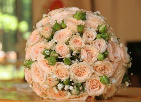 Photo pour Anneaux d'or sur un bouquet de roses - image libre de droit