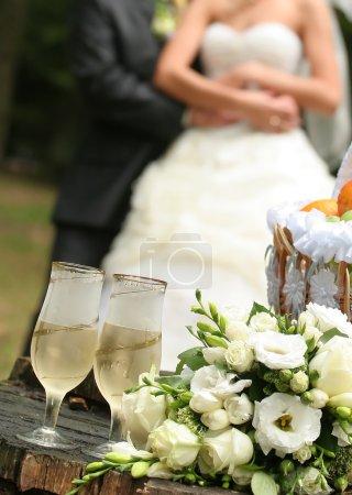 Photo pour Verres de champagne et un bouquet de mariage - image libre de droit