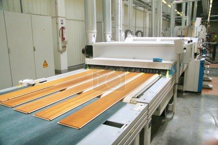 Photo pour Fabrication d'une planche de parquet - image libre de droit