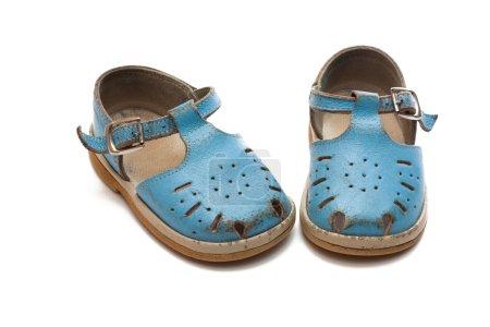 Foto de Par de niños maltratados de zapatos. las primeras botas. - Imagen libre de derechos