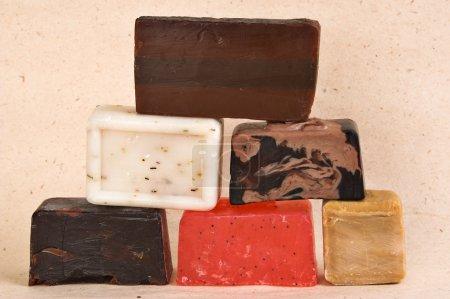 Photo pour Barres de savon artisanal de différentes couleurs avec des herbes . - image libre de droit