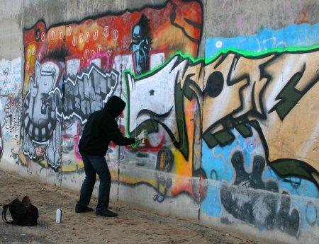 Photo pour Graffity peintre un dessin sur le mur - image libre de droit