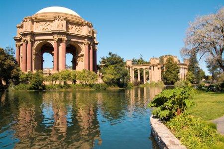 Photo pour Le Palais des Beaux-Arts a été un lieu de mariage préféré des couples dans toute la région de la baie de San Francisco. C'est aussi un bon endroit pour passer la soirée avec yo - image libre de droit