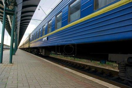 Photo pour Large angle de vue d'un train de voyageurs bleu - image libre de droit