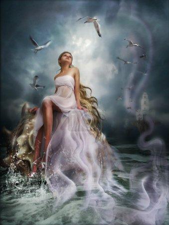 Photo pour L'illustration, photomanipulation numérique, la fille s'assoit sur une coquille à l'océan contre les nuages et les oiseaux volants - image libre de droit