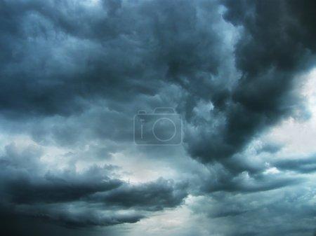 Photo pour Ciel nocturne bleu foncé, nuages lourds et froids - image libre de droit
