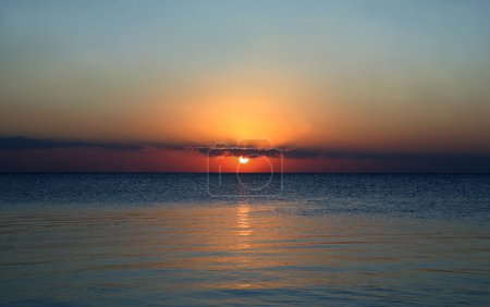 Photo pour Coucher de soleil sur la côte de la mer - image libre de droit
