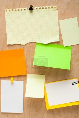 Photo pour Papier à notes sur planche de bois - image libre de droit