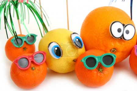 Photo pour Drôle orange, de citron et de mandarines sur fond blanc - image libre de droit
