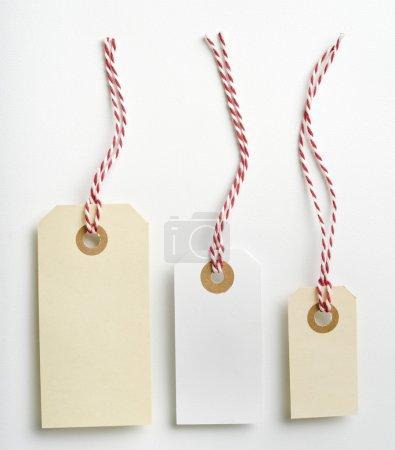 Photo pour Trois étiquettes avec corde rouge et blanche isolées sur blanc - image libre de droit