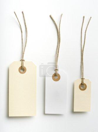 Photo pour Trois étiquettes avec corde simple isolée sur blanc - image libre de droit