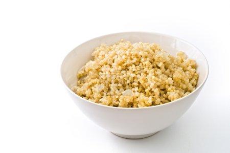 Photo pour Bol de quinoa cuit avec oignons isolé sur blanc - image libre de droit