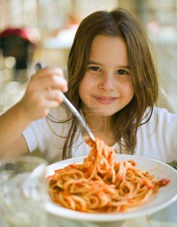 Photo pour Jeune fille manger des spaghettis au restaurent - image libre de droit