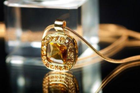 Photo pour Image d'un collier doré - image libre de droit