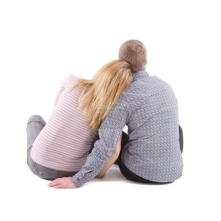 Photo pour Deux jeunes hommes assis sur fond blanc à l'arrière de la chambre - image libre de droit